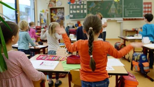 In der Grundschule bekommen die Schüler meist mit der Fibelmethode Lesen und Schreiben beigebracht. (Symbolfoto)
