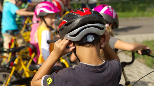 Glücklicherweise hatte der junge Radfahrer aus Tonna einen Helm auf. (Symbolbild)