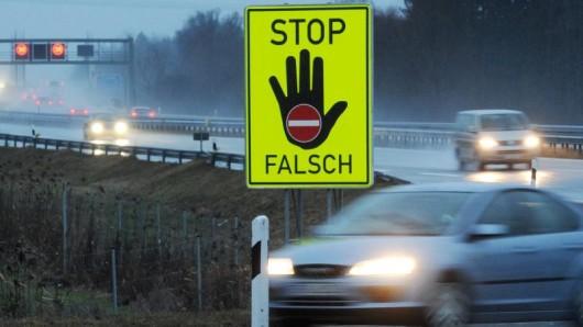 Ein Schild mit der Aufschrift Stop Falsch steht an der Autobahn A8 nahe Grabenstätt (Bayern).