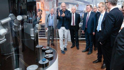 Auch der Schirmherr der Ausstellung, Ministerpräsident Bodo Ramelow (3. v.l.), bestaunt bei einer Führung die neuesten Technologien