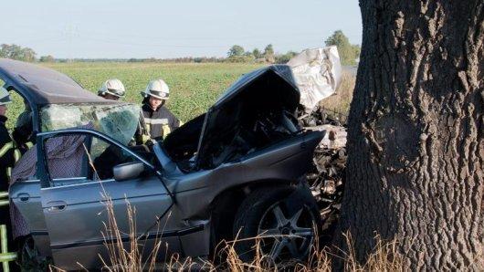 Ein 30 Jahre alter Autofahrer ist bei Geisa (Wartburgkreis) mit seinem Fahrzeug von der Fahrbahn abgekommen und gegen ein Baum geprallt. (Symbolfoto)