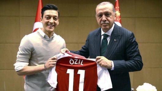 An diesem Bild entzündete sich eine heftige Debatte in Deutschland: Mesut Özil posiert mit Recep Tayyip Erdogan und einem Arsenal-Trikot.