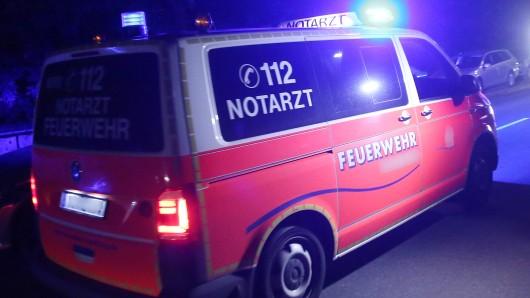 Ein Rettungsteam kümmerte sich sofort um den Schwerverletzten (Symbolbild).