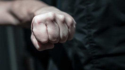 Ein 62-Jähriger Mann rastete in Meuselwitz aus und schlug auf eine Verkäuferin ein.