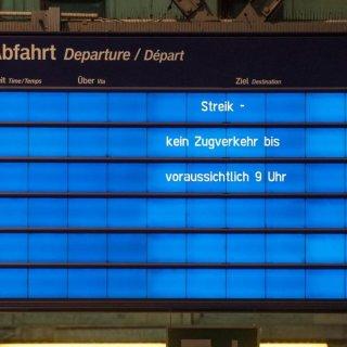 Leer ist die Fahrplantafel. Bundesweit wurde am Montag der Fernverkehr eingestellt, auch im Regional- und S-Bahnen konnten streckenweise nicht losrollen.
