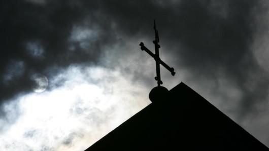 An einer Kirche in Sömmerda ist ein Mann niedergeschlagen worden. Nach den vier Angreifern sucht die Polizei.