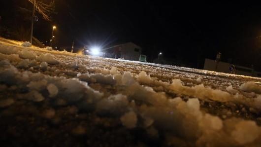 Auf der winterglatten B88 ist ein junger Autofahrer schwer verunglückt. (Symbolfoto)