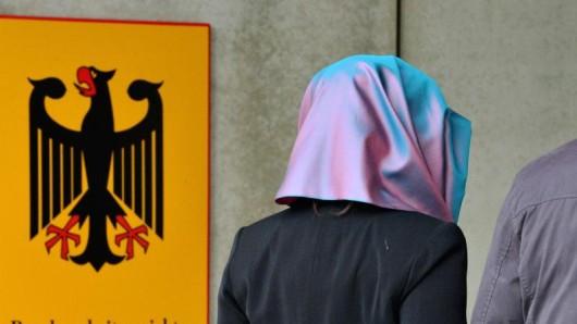 Eine junge Frau mit Kopftuch am Bundesarbeitsgericht. Das Gericht verhandelt darüber, ob private Arbeitgeber ihren Mitarbeitern das Tragen religiöser Symbole untersagen dürfen.