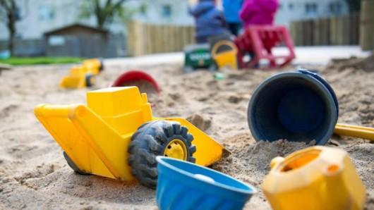 Ein Kind hatte die Gift-Päckchen beim Spielen im Sandkasten unter einer Kletterburg gefunden. (Symbolbild)
