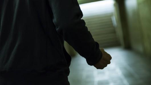 Der Mann ging plötzlich auf einen Beamten los und verletzte diesen. (Symbolbild)