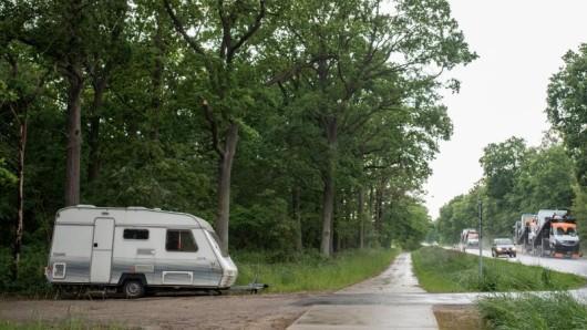 Ein Mann wollte in Thüringen seinen Wohnwagen ziehen. Jetzt liegt eine Frau mit schweren Verletzungen im Krankenhaus.