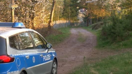 Die Polizei wurde zu einem Parkplatz am Waldrand zwischen Oberschönau und Oberhof gerufen (Archivbild).