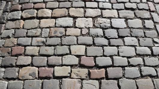 Die Erfurter fordern, dass die Steine wieder an ihrem ursprünglichen Ort verlegt werden. (Symbolbild)