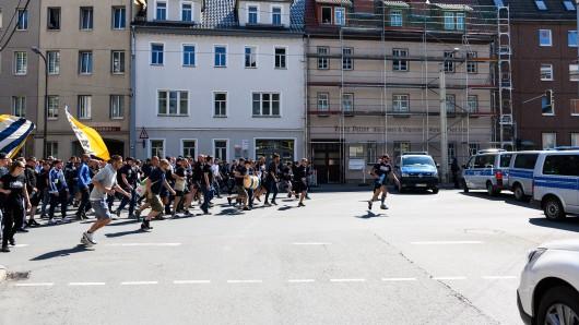 Schwere Ausschreitungen: Fans von Carl-Zeiss Jena versuchen eine Polizeiblockade zu durchbrechen.