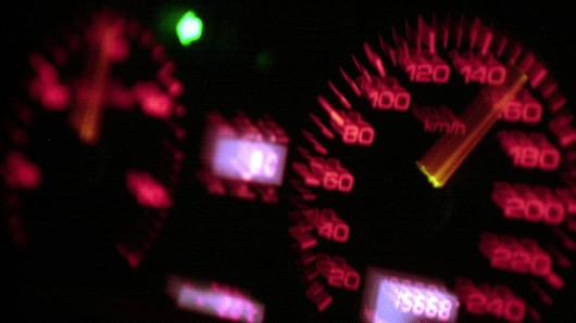 Eine Influencerin ist viel zu schnell gefahren und das obwohl ihre Tochter unangeschnallt mit im Auto saß. (Symbolfoto)