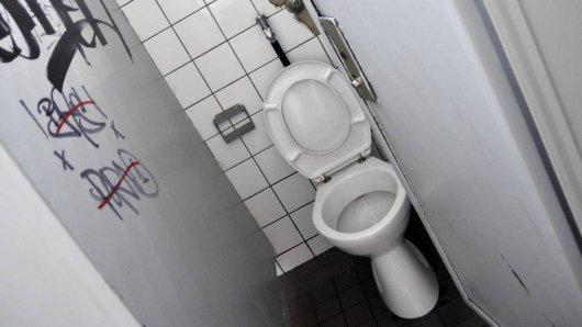Auf einer Schultoilette in der Voltaire-Gesamtschule in Potsdam entdeckten Handwerker eine Kamera. (Symbolbild)