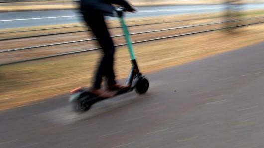 Ein Mann verunglückte in Thüringen schwer mit einem E-Scooter. Er wurde lebensgefährlich verletzt.