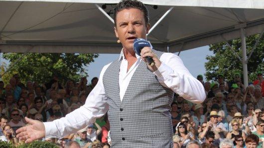 """Stefan Mross begrüßt bei """"Immer wieder sonntags"""" in der ARD einen frisch gebackenen Weltrekordhalter."""
