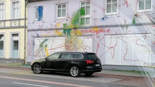 """Unter der Woche ist das """"Flieder Volkshaus"""", zentrale der NPD in Eisenach, Opfer einer Farb-Attacke geworden."""