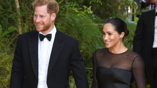 """Wie zuletzt bei der Premiere von """"König der Löwen"""" erschien Meghan Markle mit Prinz Harry auf einer Hochzeit in Rom in schwarz."""