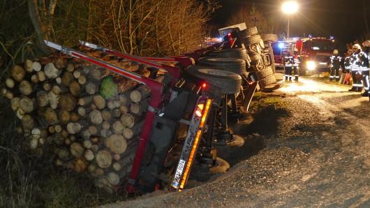 Ein mit Holz beladener Lkw ist neben der A38 in Thüringen umgekippt.