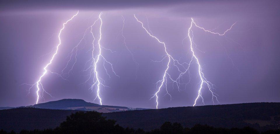 Über Thüringen ist eine Gewitter-Front gezogen – vor allem rund um Jena entluden sich zahlreiche Blitze.   (Symbolbild)