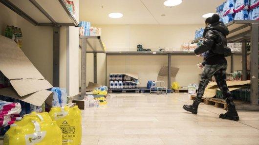 Eine Frau geht durch einen fast leeren Supermarkt. In Europa ist Italien mit mehr als 150 Coronavirus-Infektionen am schwersten betroffen.