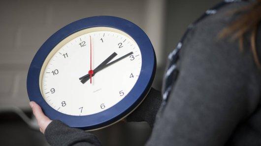 Die Zeitumstellung steht bevor: In der Nacht auf Sonntag werden die Uhren eine Stunde vorgestellt. (Symbolbild)