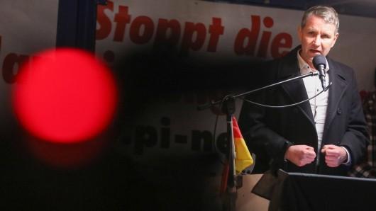 Björn Höcke während einer Rede bei einer Pegida-Demo in Dresden. Jetzt versucht der AfD-Landeschef in Thüringen, seine Reihen wieder zu vereinen. (Archivbild)