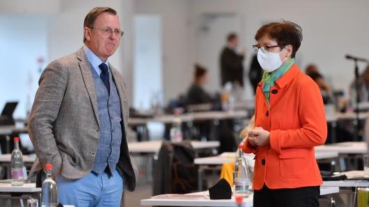 Bodo Ramelow (l, Die Linke), Ministerpräsident von Thüringen, und Heike Taubert (SPD), Finanzministerin von Thüringen, sprechen miteinander während der Sondersitzung des Thüringer Landtags zum Corona-Hilfspaket.