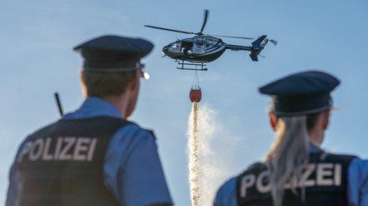 Ein Polizeihubschrauber half der Feuerwehr in Bad Berka (Thüringen) am Samstag bei einem schwierigen Einsatz.
