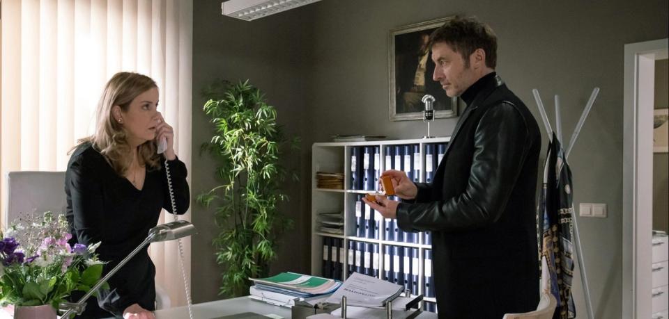 """""""In aller Freundschaft"""": Tobias Rauch (Guido Broscheit) will Sarah Marquardt (Alexa Maria Surholt) einen Ring an den Finger stecken. Doch sie ahnt nichts Gutes."""