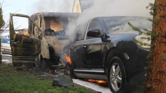 Das Feuer griff vom Transporter im Kyffhäuserkreis in  Thüringenauf den Porsche Cayenne über.