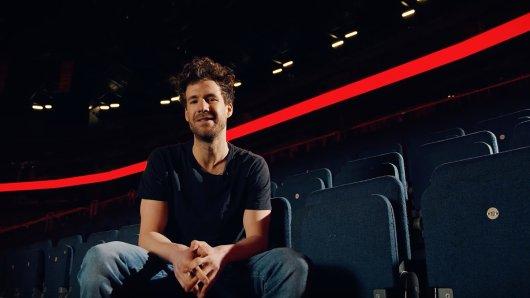 """Luke Mockridge ruft zur Unterstützung seines neuen Projektes """"#AlarmstufeRot"""" auf, mit dem er in Zeiten von Corona auf freischaffende Künstler, Bühnen- und Backstage-Mitarbeiter aufmerksam machen möchte."""