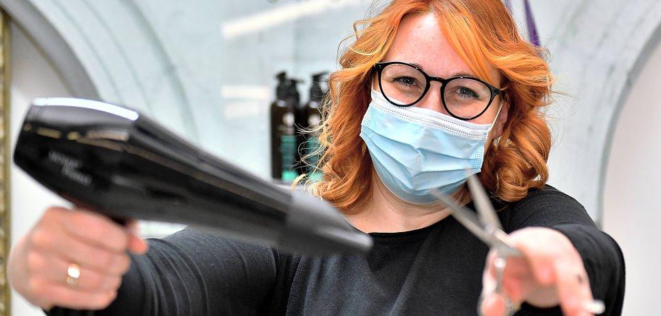 Am Montag dürfen die Friseure wieder öffnen. Die Innungsmeisterin aus Thüringen ist schon vorab schockiert. (Symbolbild)