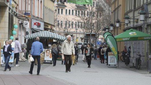 Der Modellversuch zur Öffnung von Einzelhandel und Museen in der Corona-Krise ist in Weimar nach Angaben der Stadt ohne allzu großen Andrang gestartet.