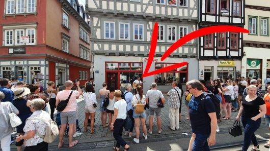 Große Menschentraube und riesen Überraschung am Samstag in Erfurt: ER gab ein kleines Spontan-Konzert.