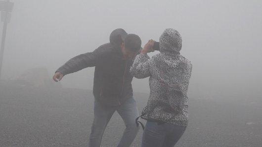 Trotz heftiger Windböen trauen sich viele Touristen auf den Brocken.