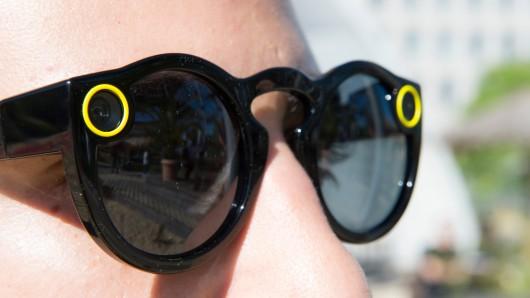 Die Spectacles-Brille der Betreiberfirma Snap trägt ein Mann in Berlin. Auf Knopfdruck kann der Besitzer bis zu zehn Sekunden lange Videos aufnehmen, die dann bei Snapchat hochgeladen werden können. Die Kamera sitzt im linken Brillenbügel. Rechts leuchtet bei Aufnahme dann ein Licht auf, sodass der Gegenüber weiß, dass er aufgenommen wird.
