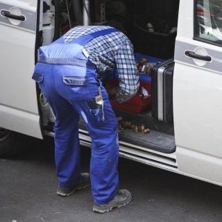 Der Mann war gerade an seinem Wagen, als er angegriffen wurde (Symbolfoto).