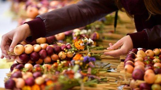 Bei bestem Wetter eröffnet am Freitag der überregional bekannte Zwiebelmarkt in Weimar. (Archivbild)