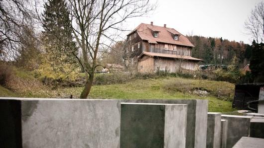 Vor dem Haus von Thüringens AfD-Chef Björn Höcke hatte das Zentrum für politische Schönheit ein Holocaust-Mhanmal errichtet. (Archivfoto)
