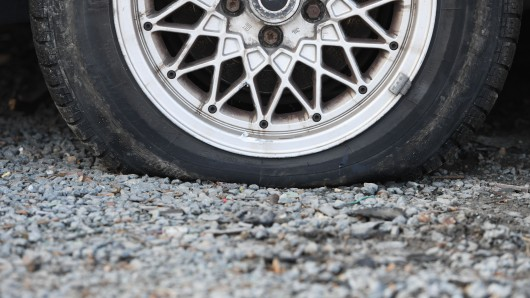 Die Frau setzte ihre Fahrt mit plattem Reifen auf der Felge fort.  (Symbolbild)