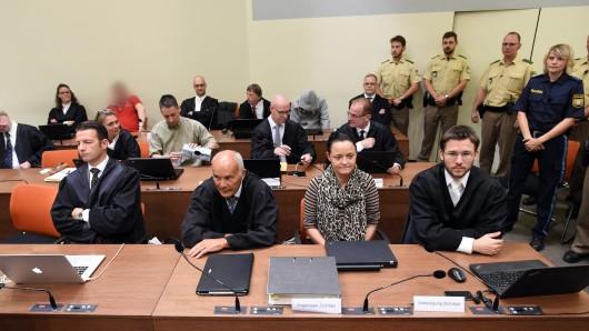 Die Angeklagte Beate Zschäpe (vorne, 2.v.r) sitzt im Gerichtssaal im Oberlandesgericht in München (Bayern) zwischen ihren Anwälten Hermann Borchert (2.v.l) und Mathias Grasel (r). Zweite Reihe 3.v.l. der Angeklagte Ralf Wohlleben, in der hinteren Reihe die Angeklagten Holger G. (rotes Shirt) und Carsten S. (grauer Kapuzenpulli).