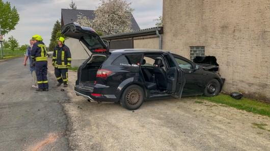 Ein Fahrzeug wurde bei einem Unfall in Meckfeld im Weimarer Land in ein Haus geschleudert.