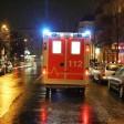 Ein Rettungswagen der Feuerwehr mit Blaulicht im Einsatz in Berlin.