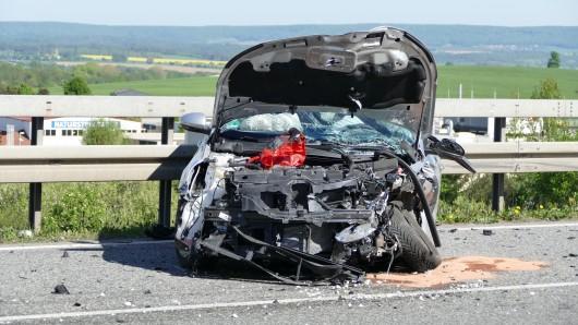 Bei einem Frontalcrash auf der B247 bei Worbis wurden drei Menschen verletzt. An beiden Fahrzeugen entstand wirtschaftlicher Totalschaden.