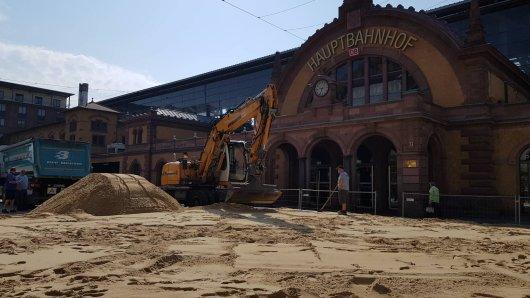"""Auf dem Willy-Brandt-Platz vor dem Hauptbahnhof in Erfurt wurde tonnenweise Sand aufgeschüttet – für das Beachvolleyball-Festival """"Erfurt Beach""""."""