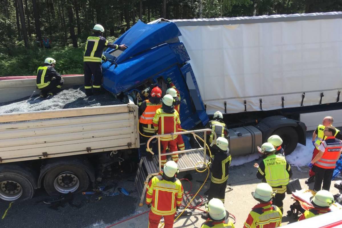 Räumarbeiten Auf A9 Nach Tödlichem Unfall Lkw Rast In Stau Ende Th 24