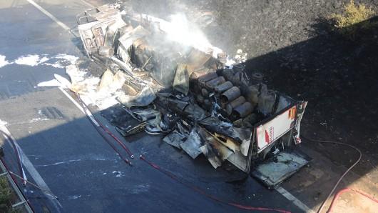 Ein Lastwagen ist auf der A38 an der Thüringer Landesgrenze zu Sachsen-Anhalt umgekippt und hat Feuer gefangen. Die Autobahn bleibt womöglich für Tage gesperrt.